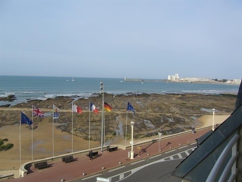 Face à la mer avec un beau balcon-terrasse.