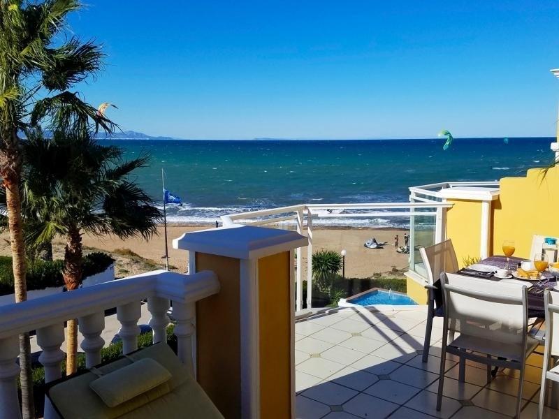AT4401 Terrazas y Piscinas interminables en la Playa