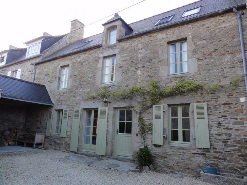 façade d'entrée de la maison et cour avant