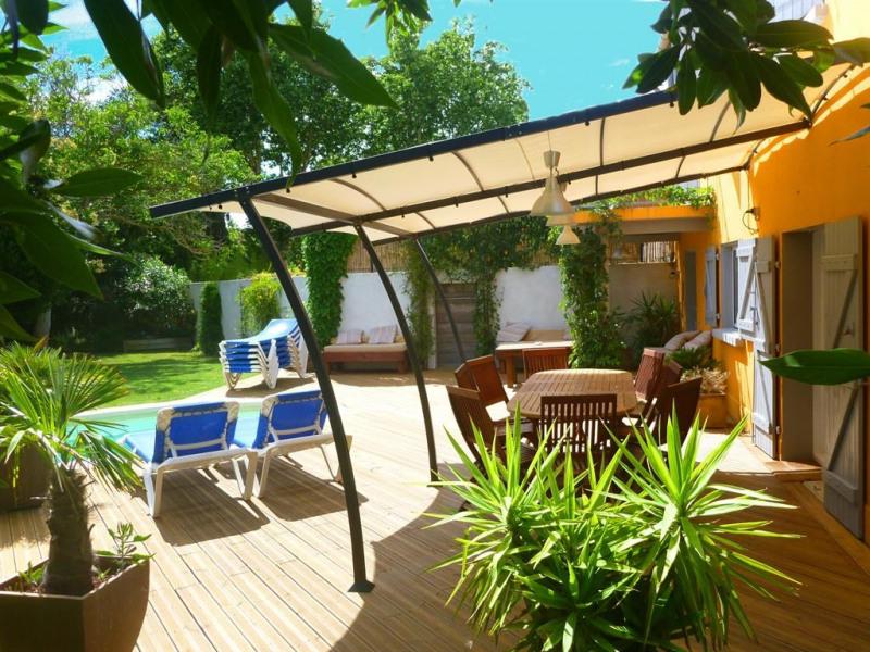 Terrasse en bois et chaises longues