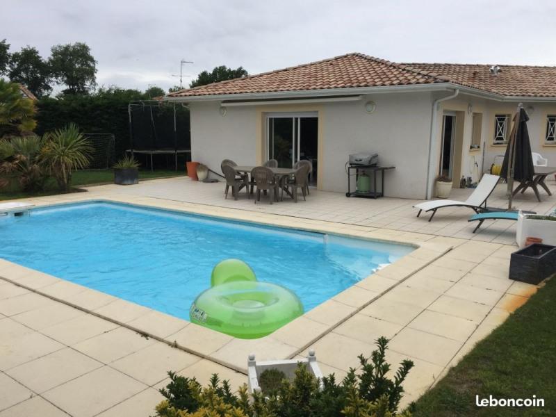 piscine avec terrasse plein sur équipée d'un store