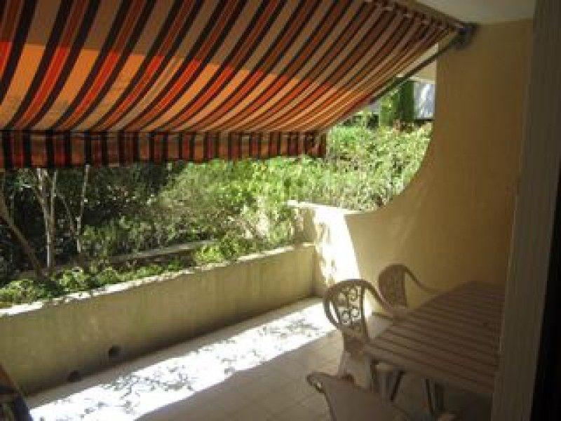 Dans une résidence de standing avec piscine, située à 400 m de la plage. Appartement de type studio en rez-de-jardin,...