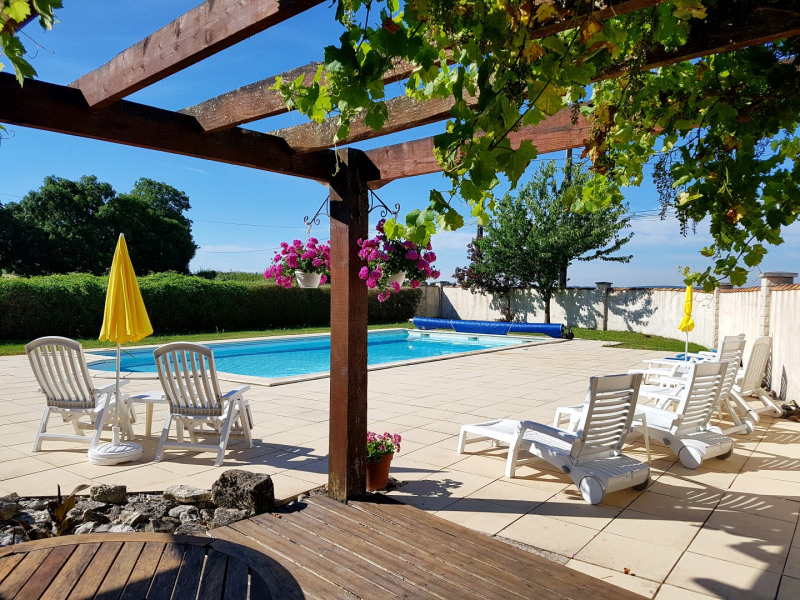 Notre piscine chauffée de 12 x 6m avec grande terrasse et pergola ombragée.