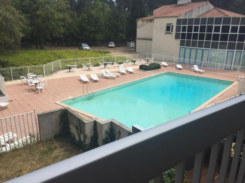 La piscine et chaises longues
