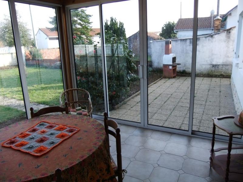vue de véranda sur terrasse et jardin