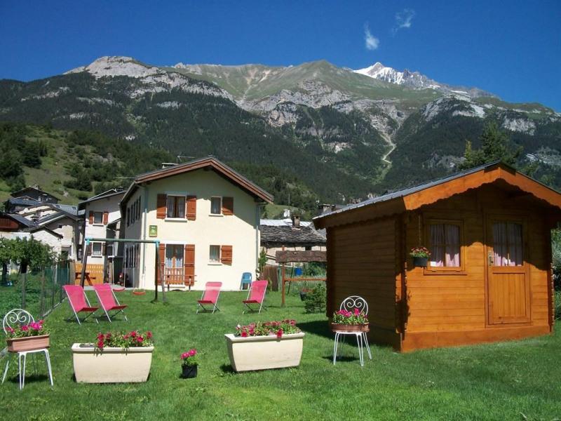 Vaste pelouse avec balançoire et salon de jardin