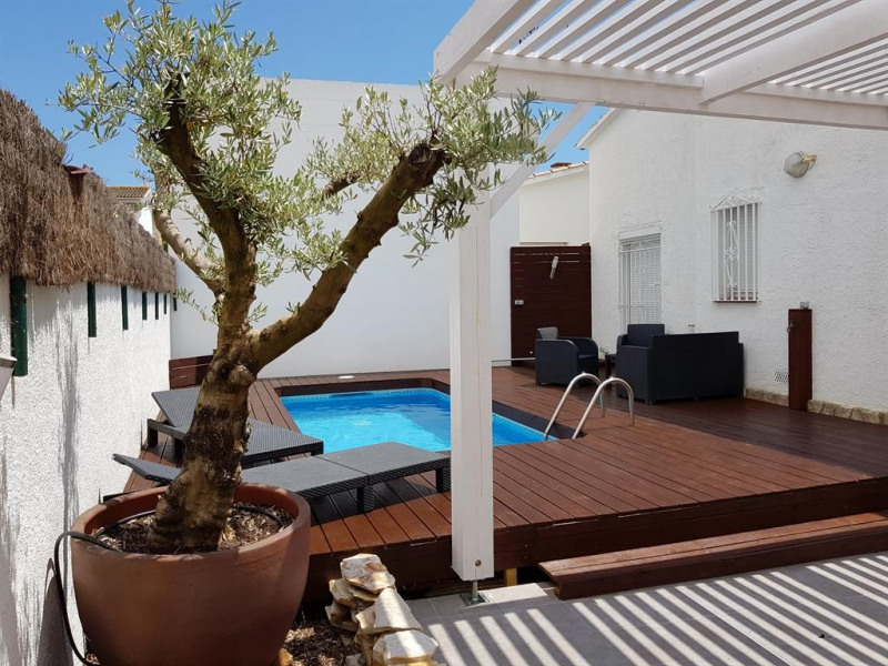La piscine, ses terrasses, sa pergola