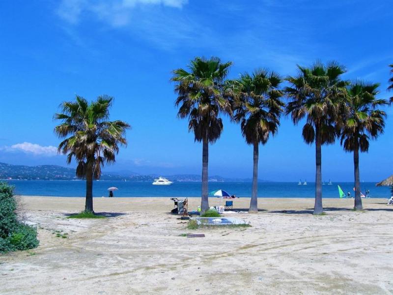 La plage de sable à 90 mètres, avec accès direct d