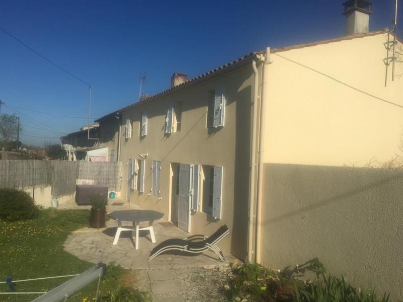 Facade de la maison, terrasse et jardin