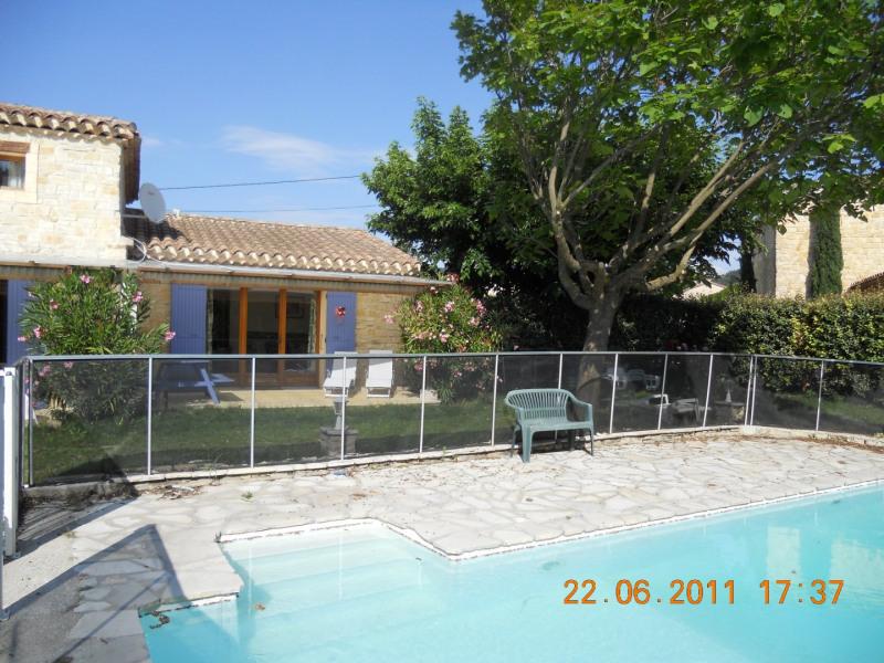 Dans petit village de Drome Provençale, gite 2/4 p dans maison en pierres avec piscine de 10 x 5 m sécurisée et jardin