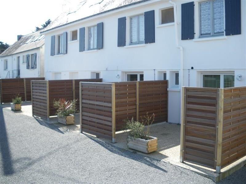 En rez de chaussée et entièrement rénové en juin 2009, l'appartement 01 est situé en bord de mer près du camping du v...