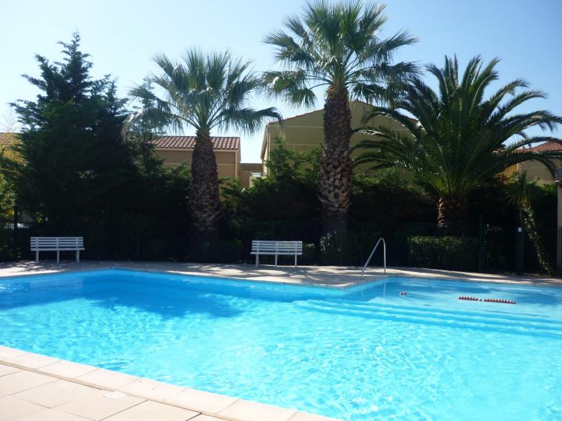 Maison individuelle dans résidence calme avec piscine sécurisée.