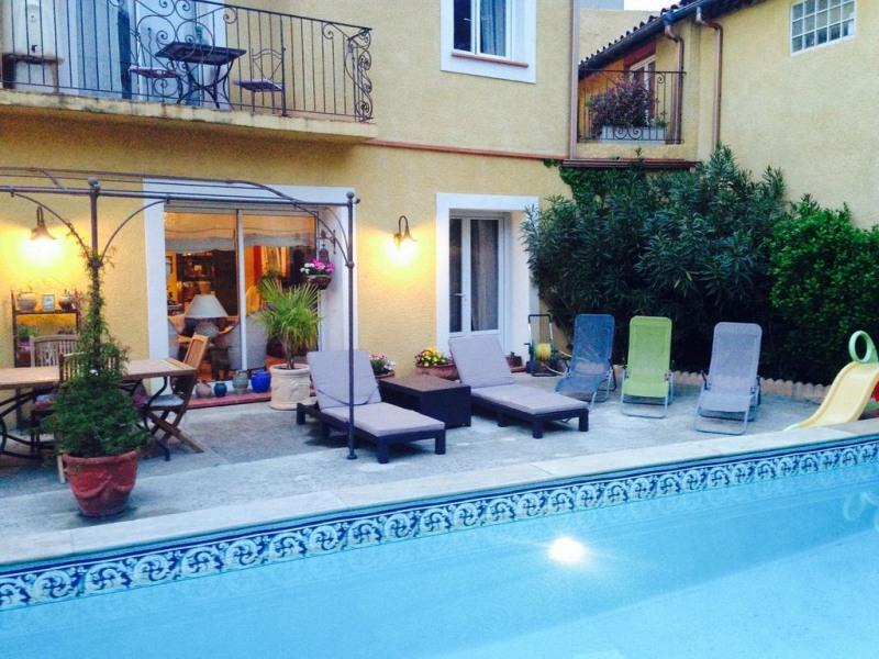 """Gîte """"Chez Martine"""" coté jardin, coté piscine en plein cœur de Carcassonne."""