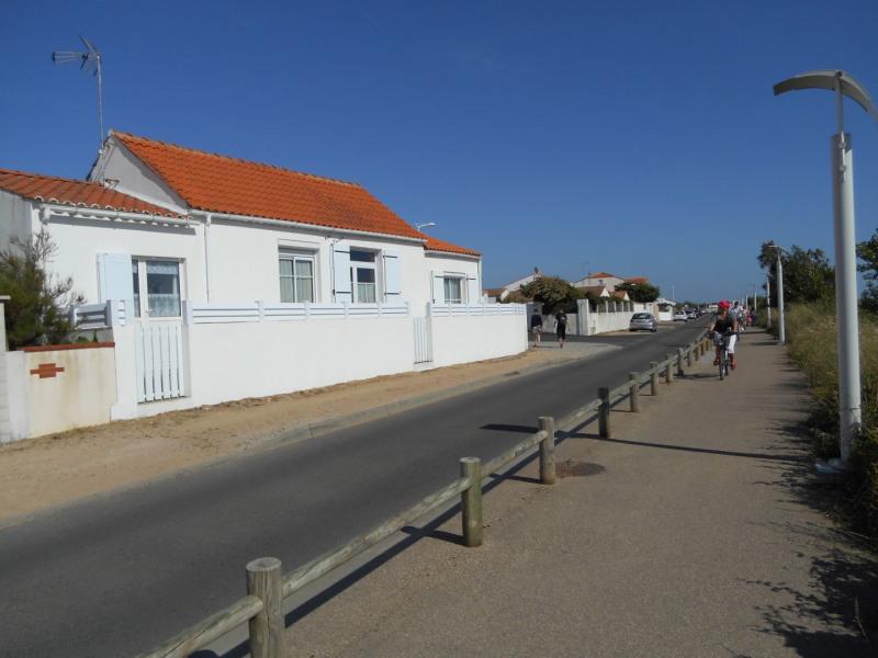 maison ( grand toit ) face à la dune