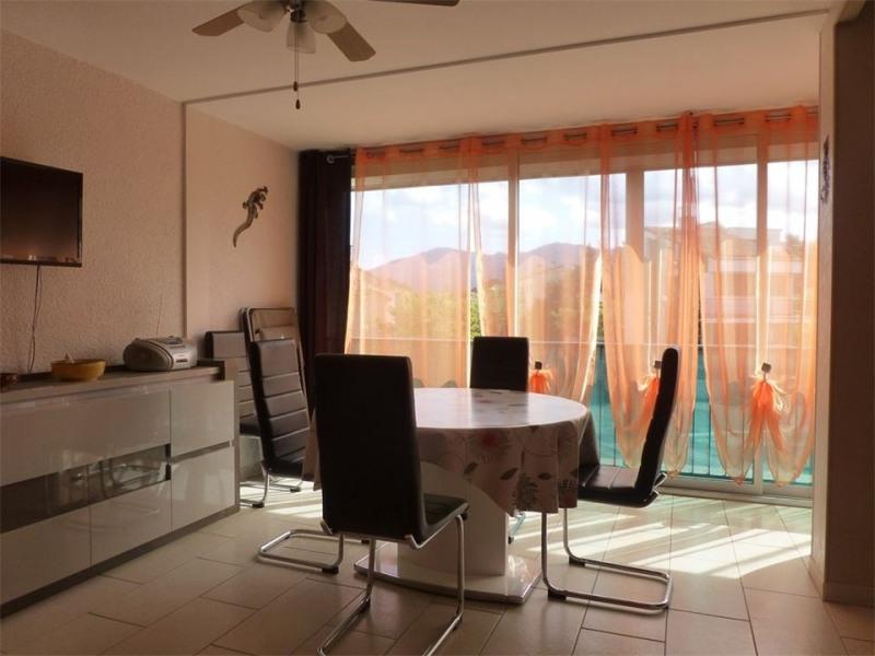 Ce bel et lumineux appartement F2 de 43 m² est situé au premier étage d'une résidence de 3 étages à 100 m de la mer a...