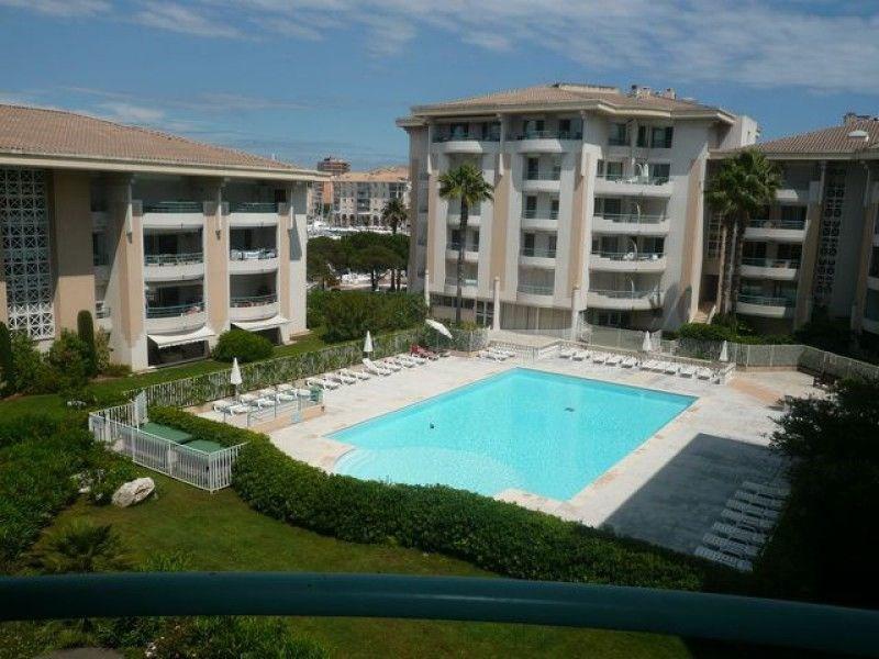 A proximité des commerces et des plages, dans une résidence récente de standing avec piscine, appartement de type 2 p...