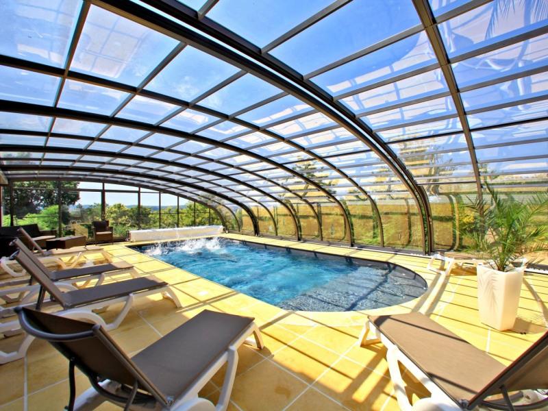 La piscine chauffée à 29°C, découvrable.