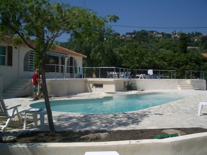Piscine, terrasses et maison