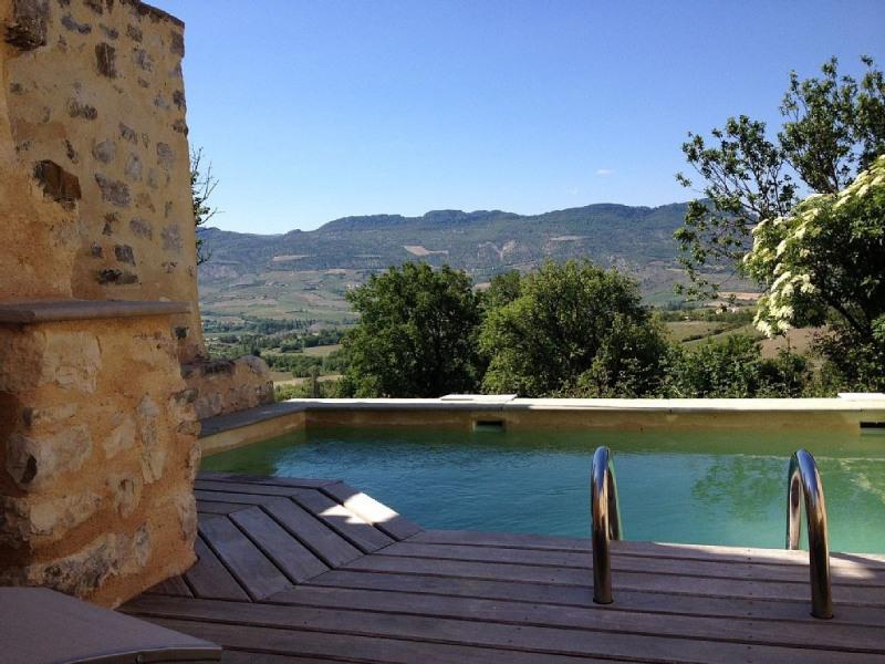 Maison de charme près de Nyons, avec jardin, terrasse et piscine. Vue dégagée.