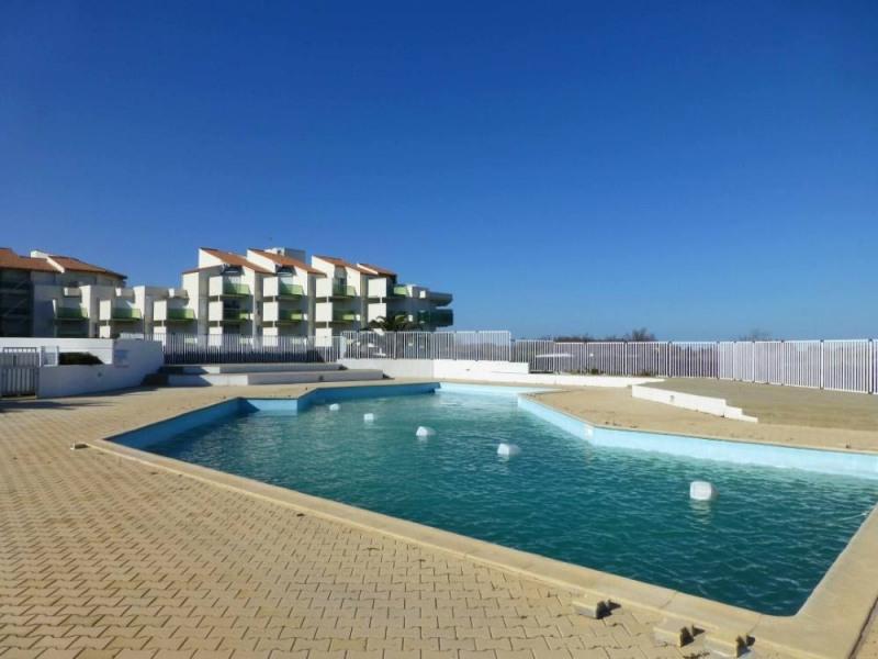 Cet appartement de 28 m² est situé au rez-de-chaussée. Il possède une terrasse et un petit jardin de 14 m² entourés d...