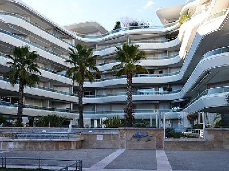 Immeuble face aux plages, dans résidence de grand standing neuve - Appartement de type T2 avec tout confort.