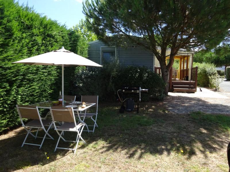 Salon jardin extérieur avec barbecue