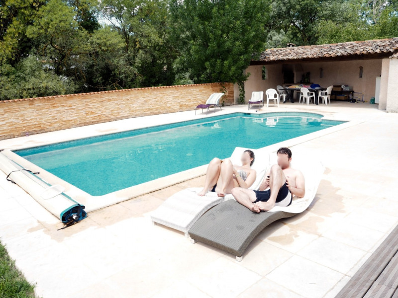 Vue de la piscine et du pool house