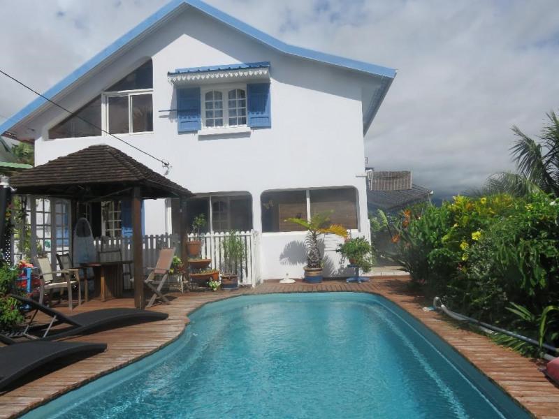 la piscine devant la maison bleue