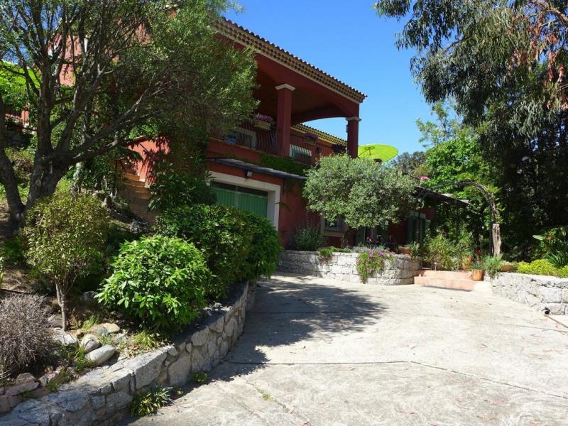 """Bastelicaccia: Jolie maison """"Ambiance Méditerranéenne"""" lovée dans un écrin de verdure, avec vue dominante."""