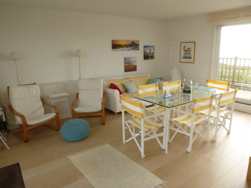 Living-room avec cuisine, tout comfort, wifi, beaucoup de châines télé, etc.