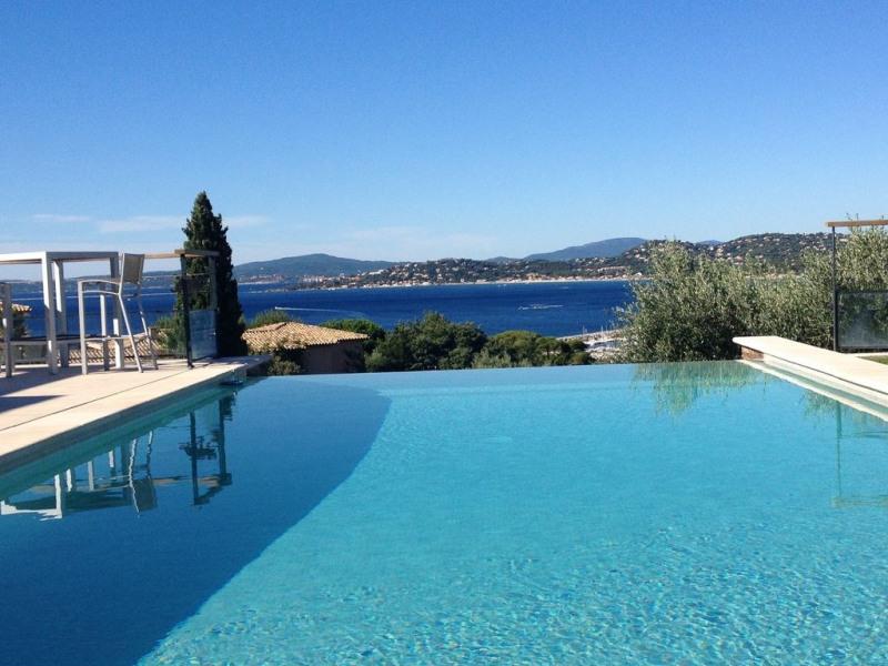 Villa contemporaine avec vue sur le golfe de saint tropez 300 mdes plages et des commerces