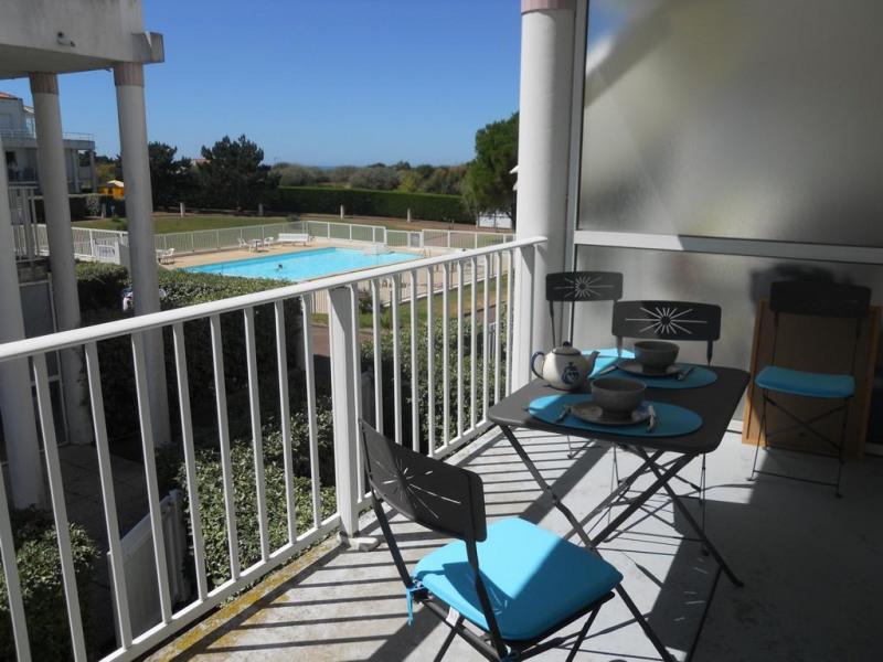 La terrasse avec vue sur la piscine