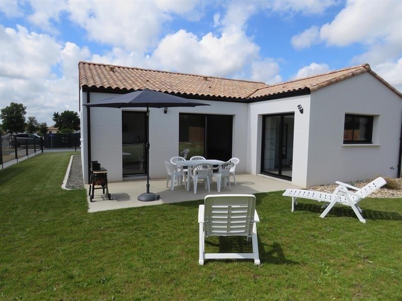 Avec trois chambres et son jardin, Maison moderne pour les vacances en famille proche de la plage.