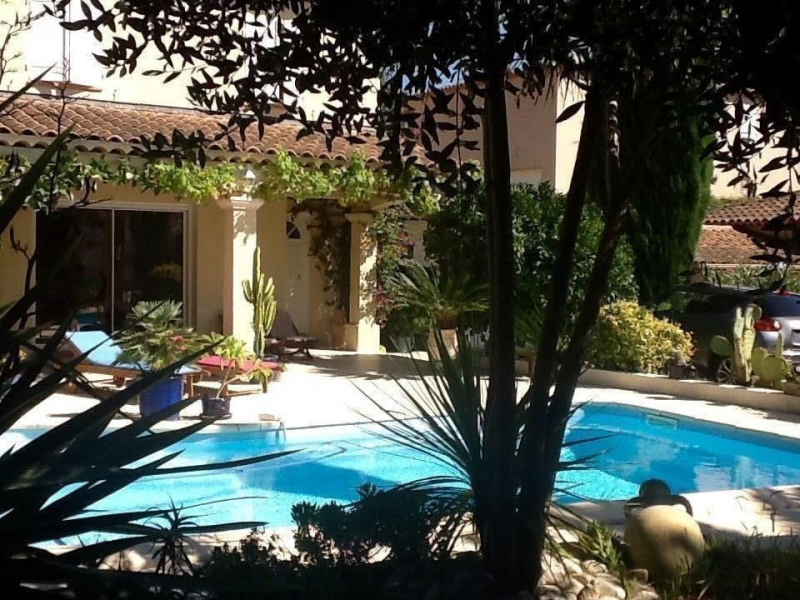 Vue villa devant piscine