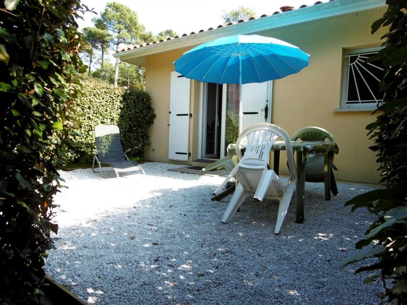 Jardin privé avec salon de jardin,transats, et barbecue