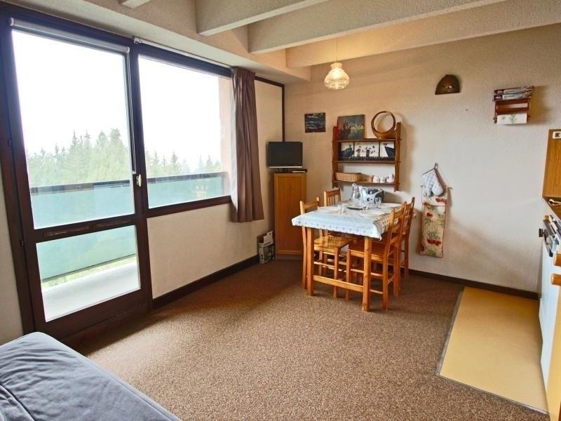 Studio cabine pour 4 personnes avec coin montagne séparé du séjour. Son balcon avec une vue dégagée sur la chaîne du ...