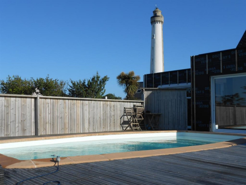 La piscine au pied du phare