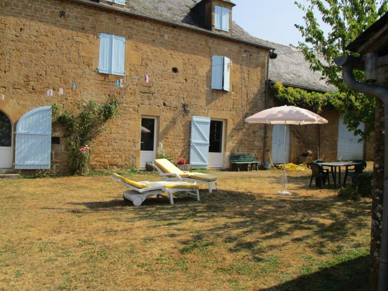 Maison de caractère restaurée avec soin dans son écrin de verdure dans un des plus beaux villages de FRANCE