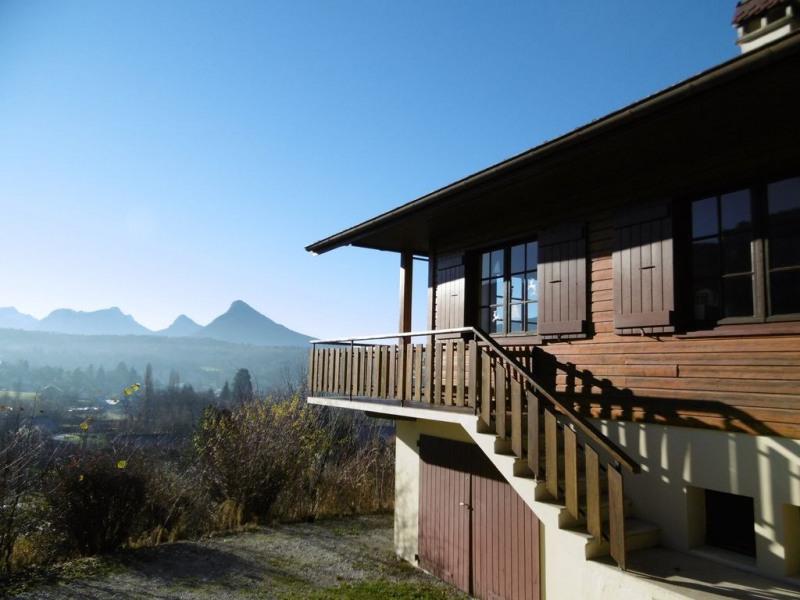 Chalet de charme avec vue magnifique sur château, montagnes et lac d'Annecy.