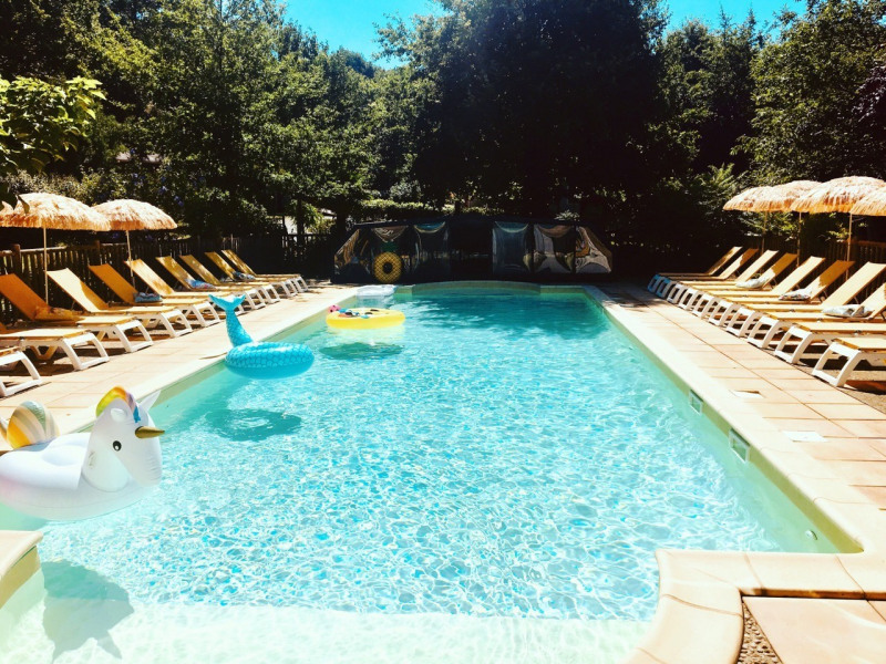Location de gîtes - Périgord noir - proche Sarlat - piscine chauffée et couverte - pizza sur place - Domme