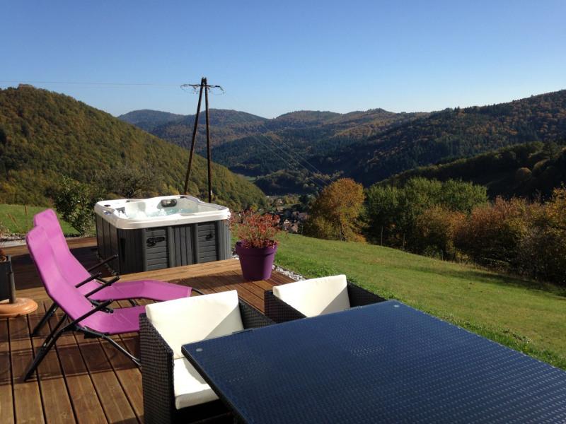 Terrasse avec vue imprenable sur le village et les sommets vosgiens. Jacuzzi.