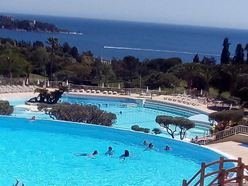 5 piscines dont parc aquatique à vagues et jeux d'eau