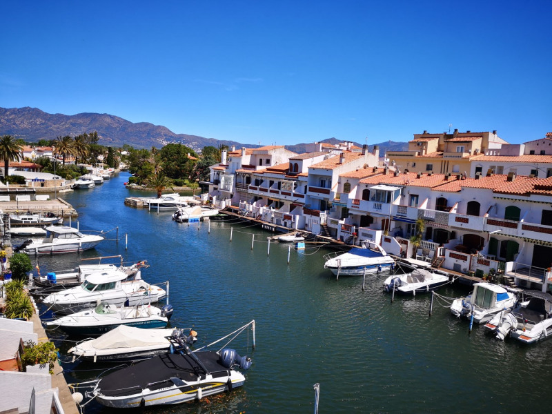 Apartment for 6 people completely renovated with views of the canal empuriabrava 700 meters walk from the beach.
