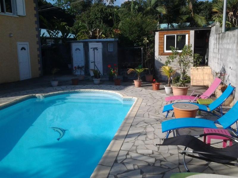 Entre mer et montagne, dans village créole, grande villa récente avec piscine