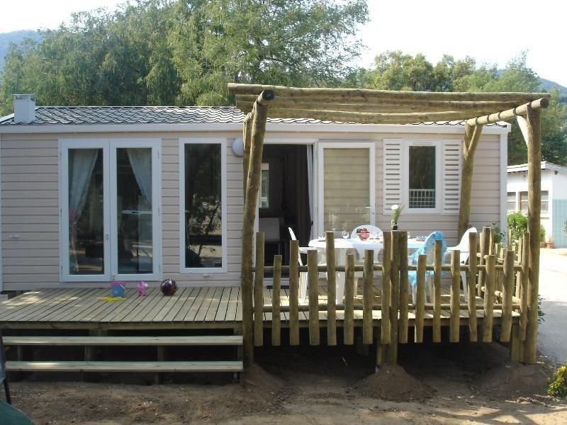 Découvrez ce cottage pour 4 à 5 personnes, très lumineux avec sa grande pièce de vie ! Sa cuisine comprend 4 feux gaz...