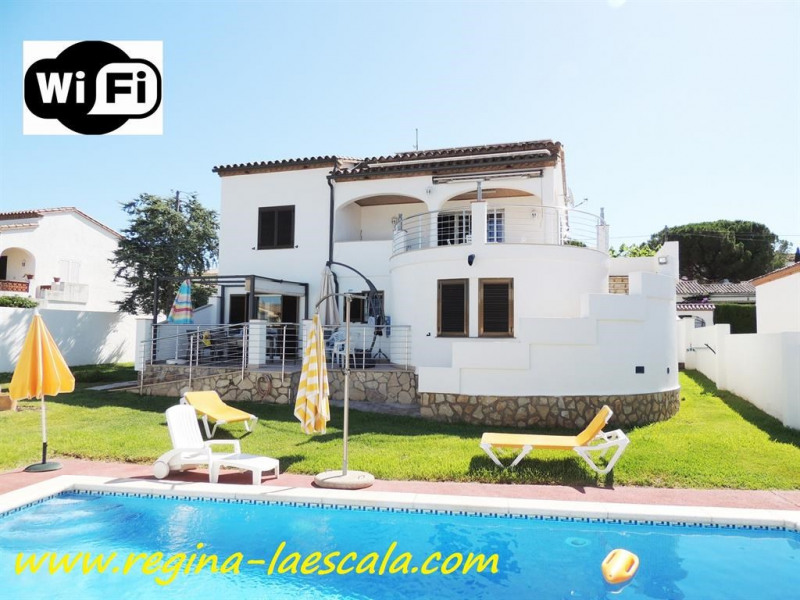 Nice garden with bbq and private pool !