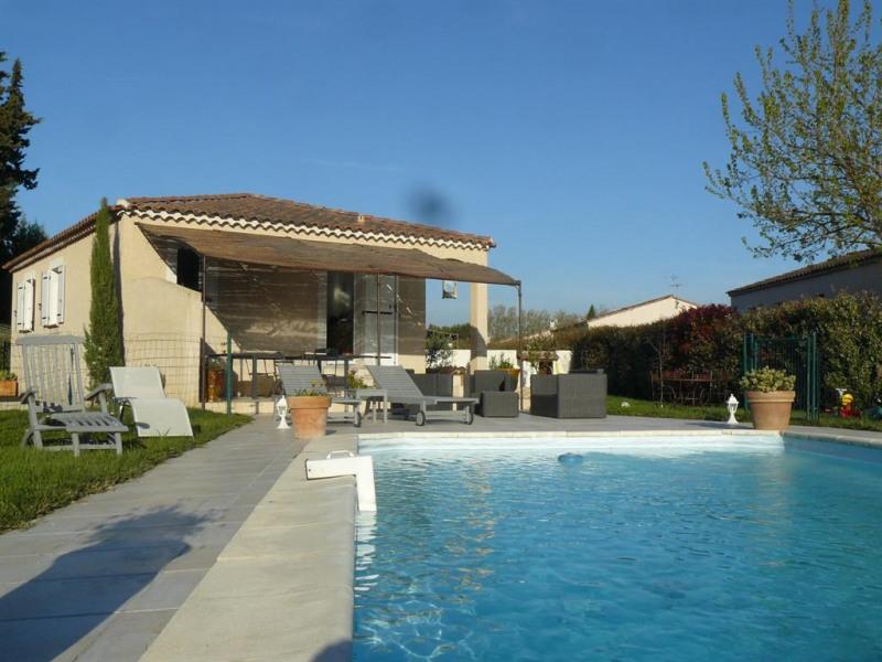 terrasse avec salon de jardin devant la piscine