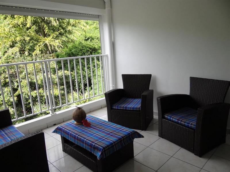 La terraza con vista sobre el bosque tropical