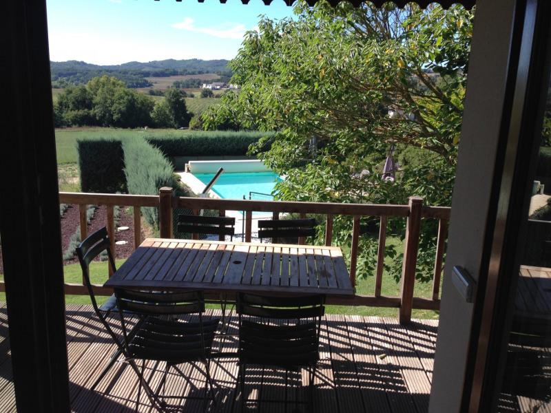 la piscine vue de la terrasse couverte