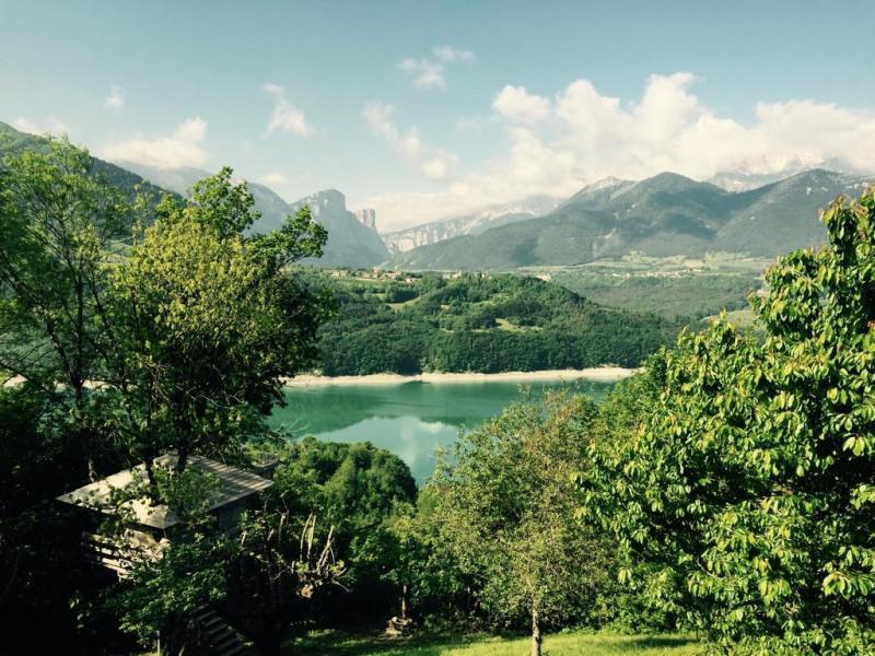 Vue de la terrasse sur l'Obiou et le lac